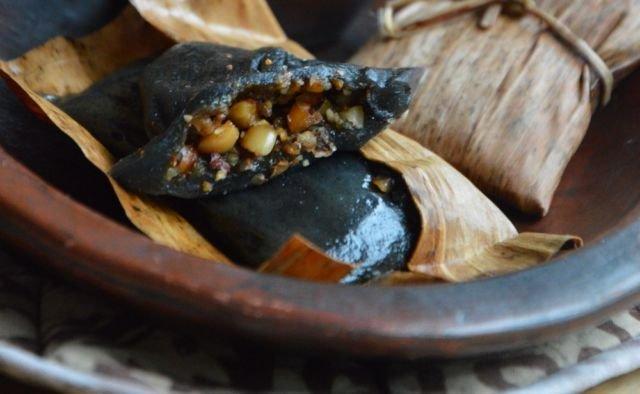 Kue hitam isi kacang yang lezat