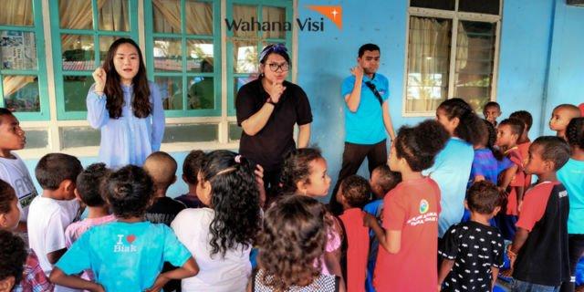 para relawan saat bertemu dan mengajar anak-anak