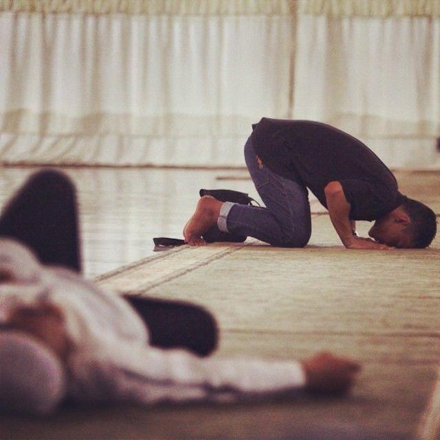 Ada yang salat, ada pula yang tidur di dalam masjid.
