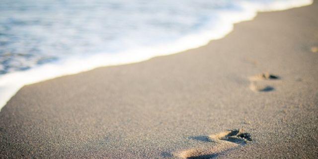 Santainya di pantai.
