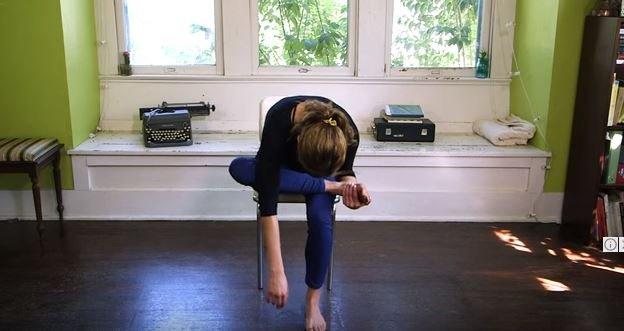 hipwee 6 8 - 7 Gerakan Yoga Sederhana yang Bisa Dilakukan di Kantor. Rasa Capek Bisa Hilang Seketika Lho