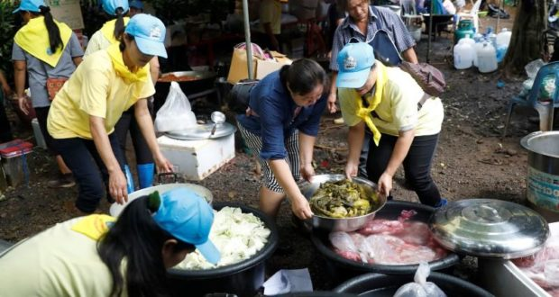 Warga sekitar membantu menyediakan makanan