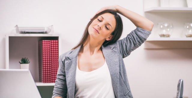 hipwee stretch kanan kiri 640x328 - 7 Gerakan Yoga Sederhana yang Bisa Dilakukan di Kantor. Rasa Capek Bisa Hilang Seketika Lho