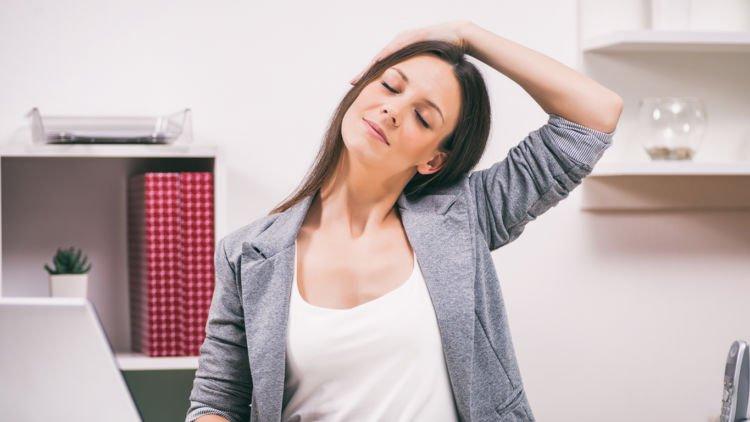 hipwee stretch kanan kiri 750x422 - 7 Gerakan Yoga Sederhana yang Bisa Dilakukan di Kantor. Rasa Capek Bisa Hilang Seketika Lho