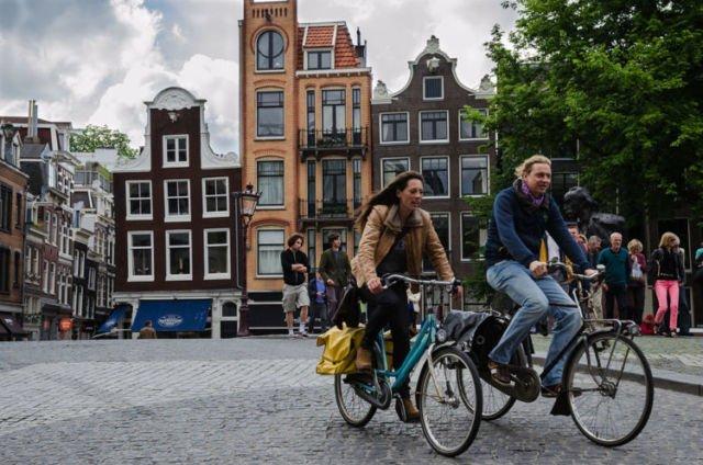 Semua orang naik sepeda di Amsterdam