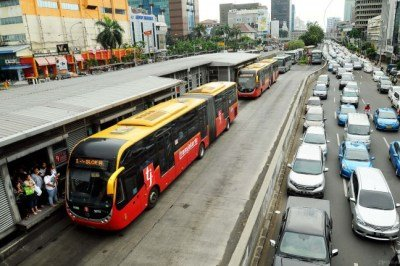 Transportasi umum seperti bus transjakarta dapat dijadikan tempat untuk melatih ketertiban umum kita juga, lho.
