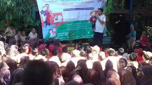 Kak Heru, salah satu pendongeng terkenal di Makassar sedang beraksi