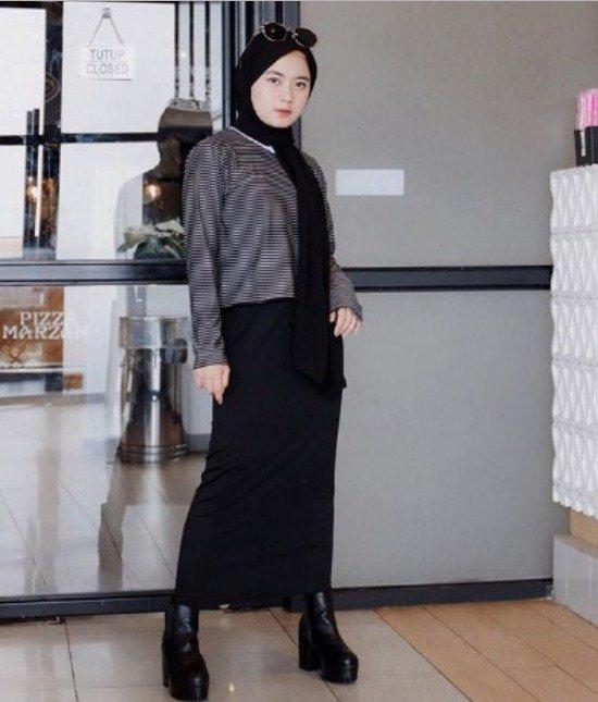 tampil hangat dengan sweater dan syal warna hitam