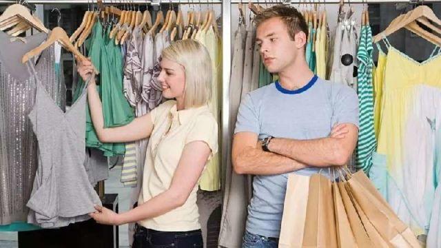 Laki-Laki Menunggu Cewek Belanja