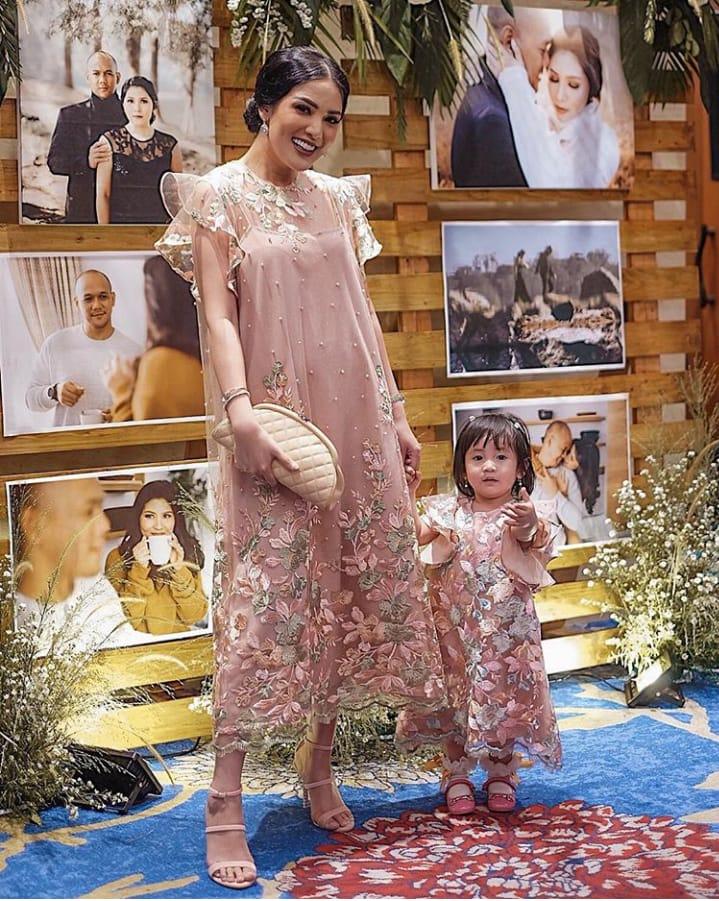 12 Inspirasi Baju Couple Mama Dan Anak Yang Nggak Harus Sama Persis