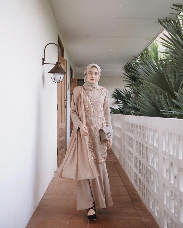 15 Sampel Kebaya Muslim Dengan Jahitan Unik Di Pundak Dan Dada