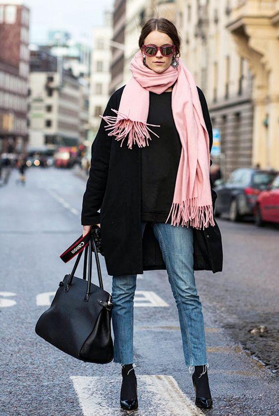 Menambah syal berwarna pink untuk tampil lebih feminim
