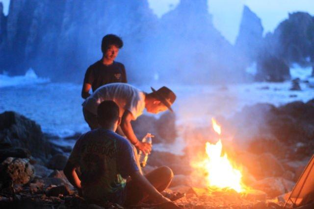 Pertemuan dengan teman baru selama perjalanan sambil menikmati alam Indonesia di Pantai Gigi Hiu Kelumbayan, Lampung. (dok.pri)