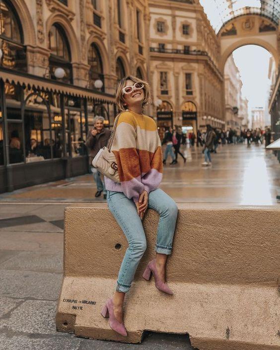 Oversized sweater bisa membuat penampilan lebih girly loh