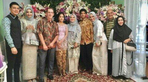 Menghadiri undangan pernikahan mantan dengan keluarga atau orang tua kita adalah salah satu cara elegan