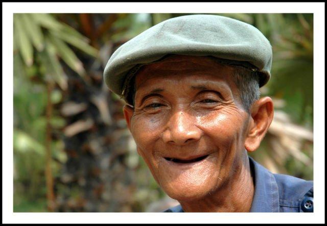 Hanya Senyuman Seorang Bapak Tua Pemangkas Rambut