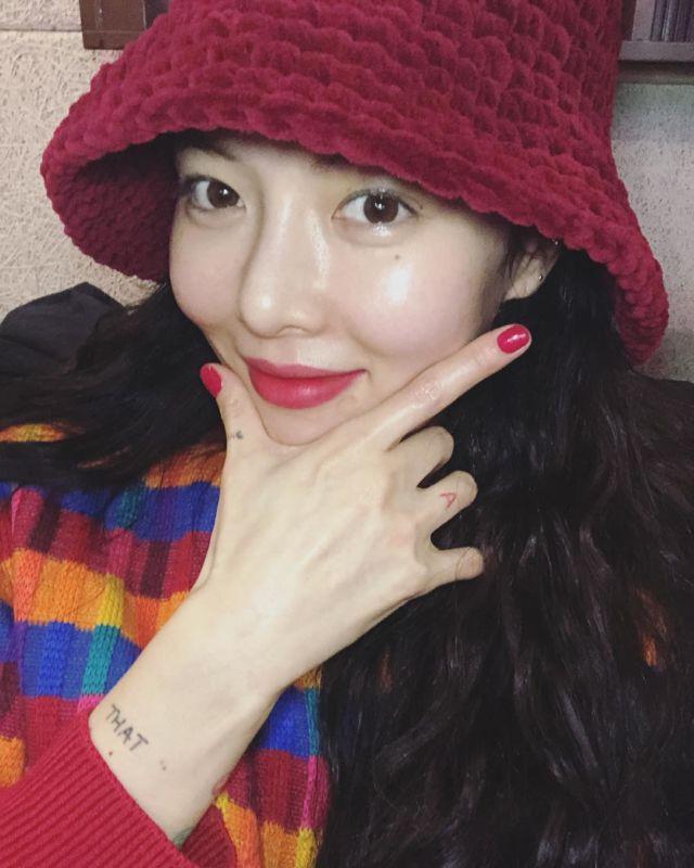 Penyanyi Kim Hyun-ah alias Hyuna juga menggunakan gaya pistol saat selfie.