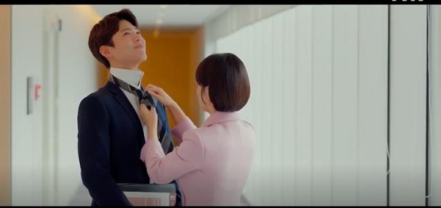 Soo Hyun memakaikan dasi ke Jin Hyeok