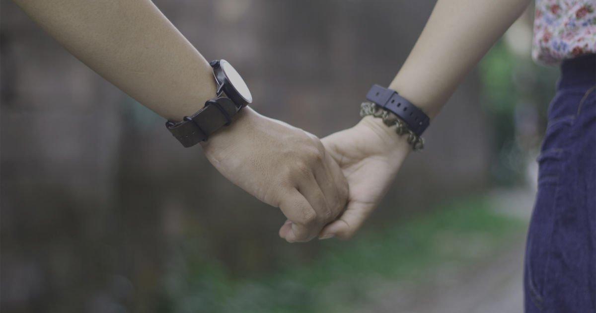 7 Cara Pegangan Tangan Sama Pasangan Ini Menunjukkan Bagaimana Hubungan Kalian Berjalan Lho