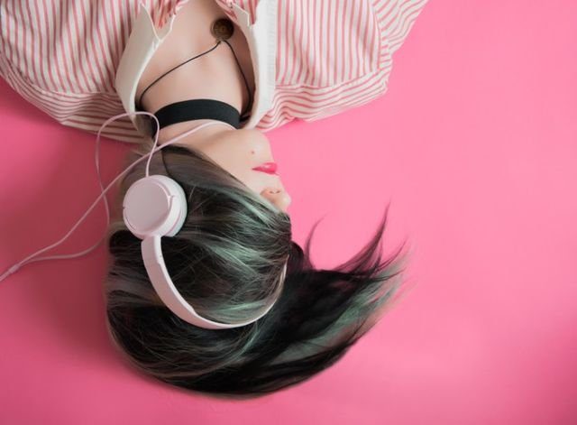 menutup telinga