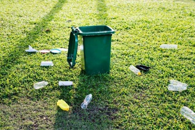 Sampah plastik yang dibuang sembarangan