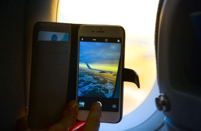 Ilustrasi Bermain HP di Pesawat