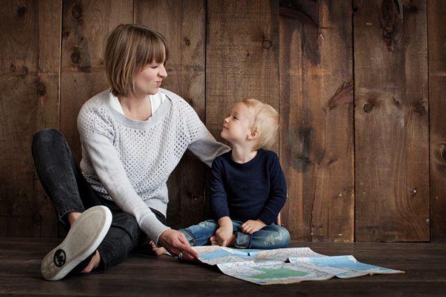 Anak bersama pengasuh yang tepat