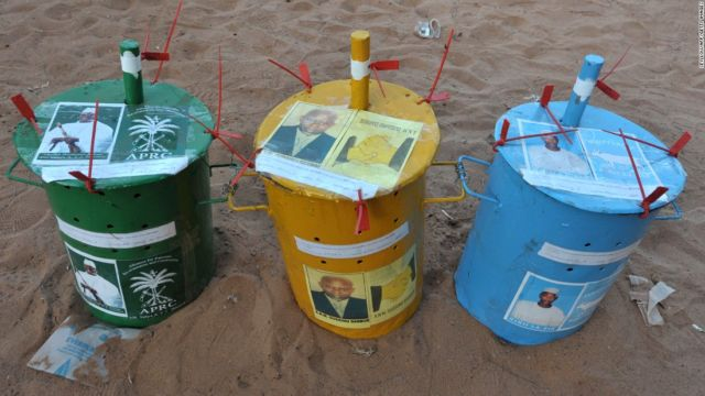 Warga Gambia menggunakan kelereng
