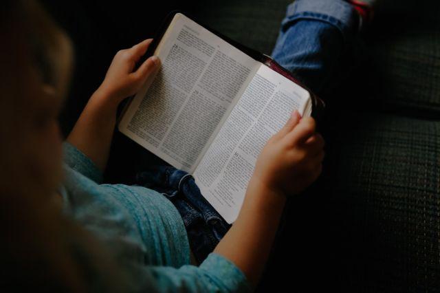 Membaca Buku Dikala Malam Mingguan