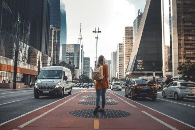 Berjalan di sudut kota