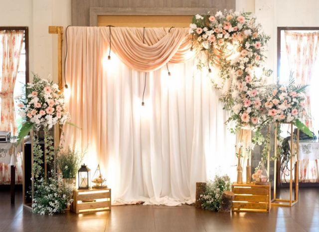 8 Ide Memanfaatkan Kain Untuk Latar Photobooth Pernikahan
