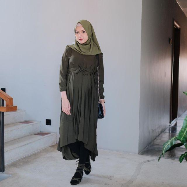 10 Ide Padu Padan Tunik Ibu Hamil Ala Selebgram Saritiw Fashionable Bersama Babybump Di Hari Raya