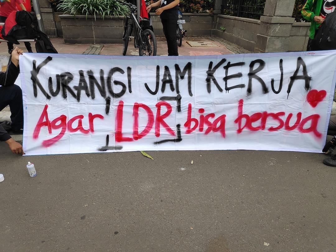 12 Spanduk Demonstrasi Yang Menggelitik Tapi Tetap Masuk