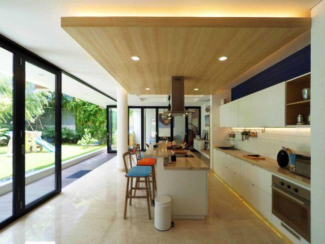 Dapur Semi Outdoor Dezan di Jakarta karya Dezan Studio