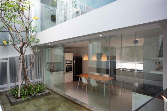Dapur Semi Outdoor Sutorejo House di Surabaya karya Das Quadrat