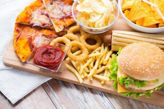 Makanan Berminyak seperti Fast Food Sebabkan Jerawat