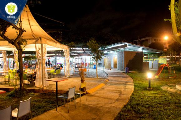 Suasana Taman Foodcourt JEC saat malam hari