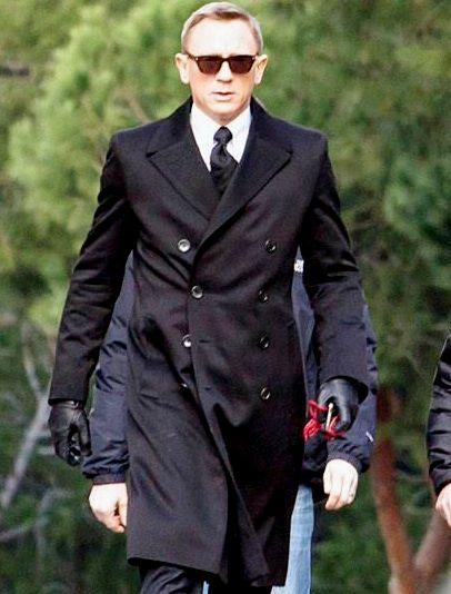 Daniel Craig Menggunakan Jas
