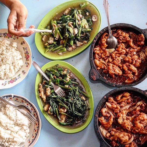 Hotplate Ayam dan Cah Kangkung tersaji - Photo by Voila Jogja