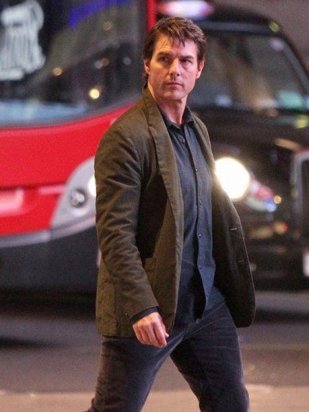 Tom Cruise Menggunakan Jas