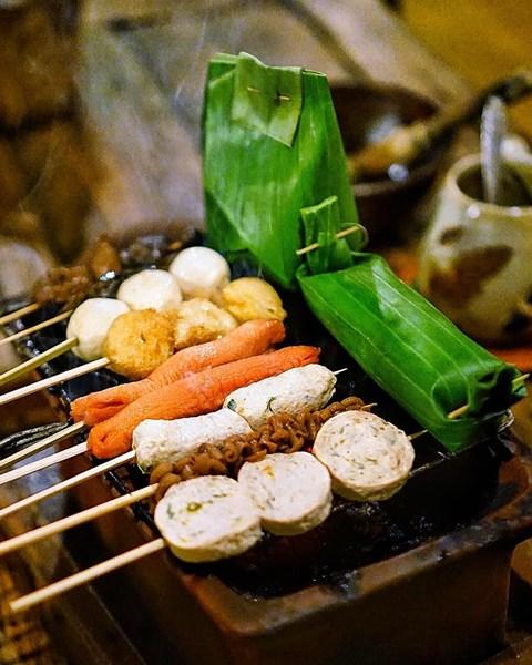 Nasi dan Sate dibakar di atas Tungku Api