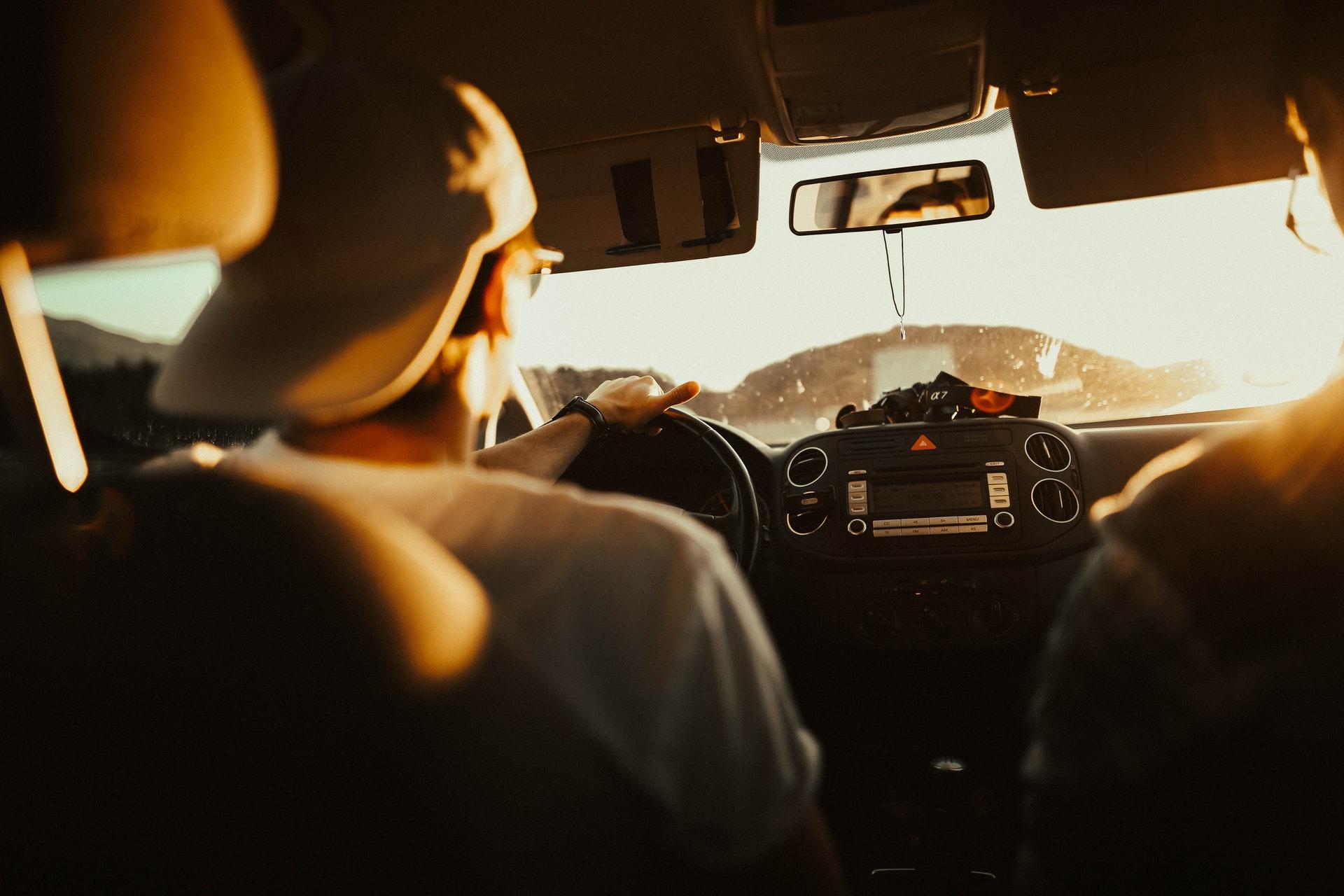 Menebak Kepribadian Pacarmu Dari Caranya Menyetir Mobil