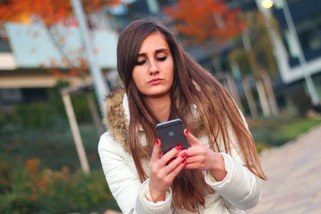 Gambar cewek pegang handphone