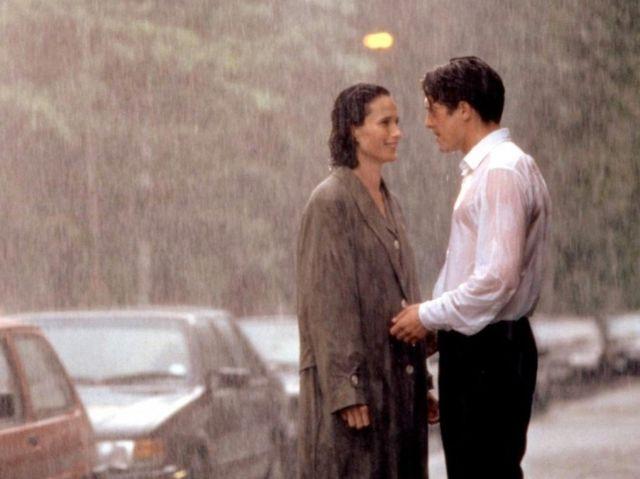 Memberikan Jas kepada sang kekasih ketika hujan