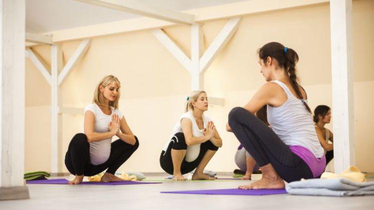hipwee prenatal yoga class 681902519 5c0d2109c9e77c0001fd2225 750x422 - Gak Nyangka! 20 Manfaat Jongkok Yang Ternyata...