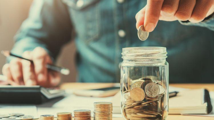 5 Kunci Rutin Menabung untukmu yang Gajinya Pas-pasan. Biar Nggak  Kelimpungan di Masa Depan