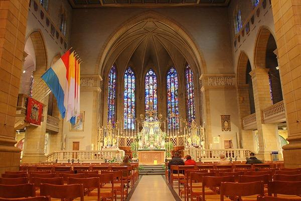 Tampilan dalam Notre-Dame Cathedral