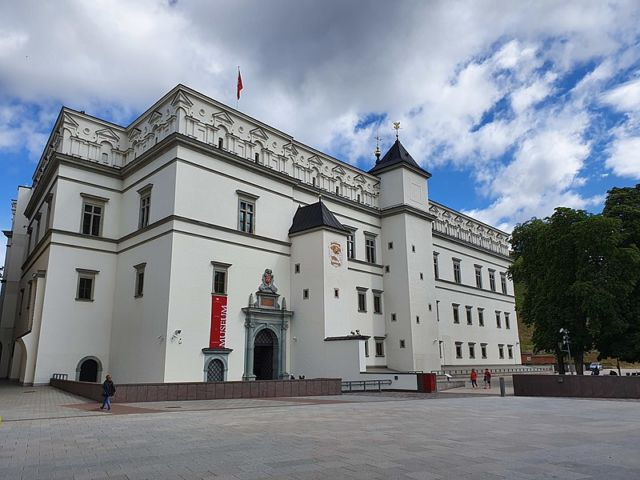 Tampilan depan Palace of the Grand Dukes