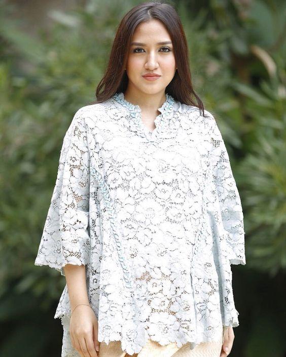 Baju Batik Modern Untuk Orang Tua: 10 Model Kebaya Modern Buat Pemilik Tubuh Plus Size