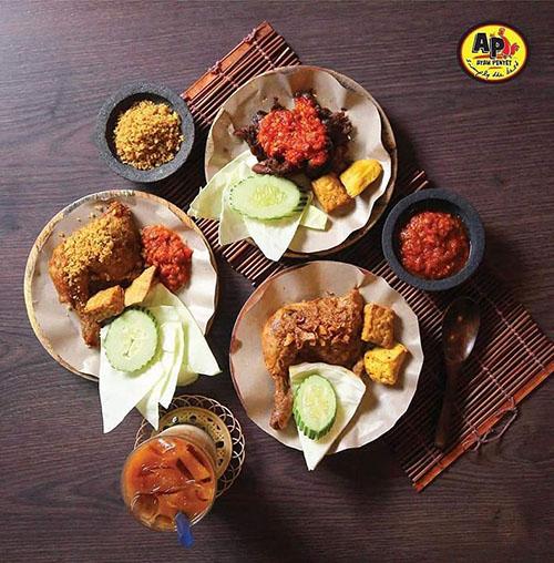 Selain ayam penyet, tersedia juga masakan Minang